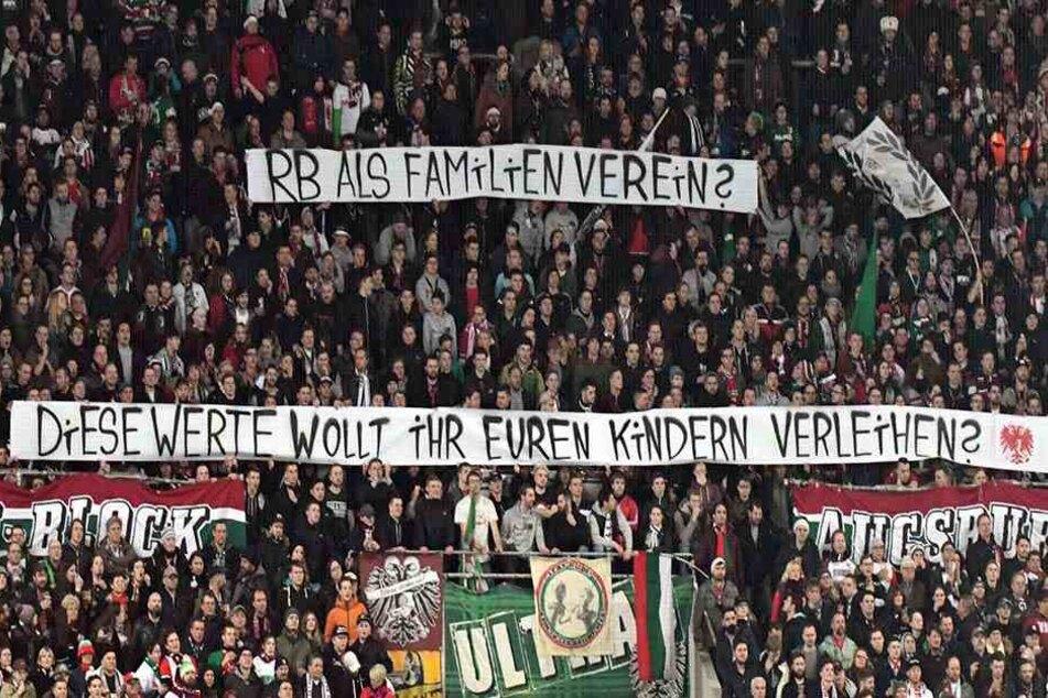 Augsburger Fans zeigen ein weiteres Anti-RB-Leipzig-Banner.