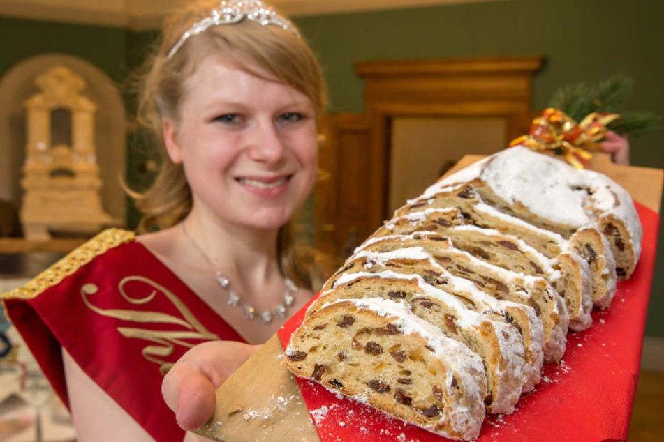 Stollenkönigin Marie-Sophie mit dem echten Thüringer Weihnachtsstollen.