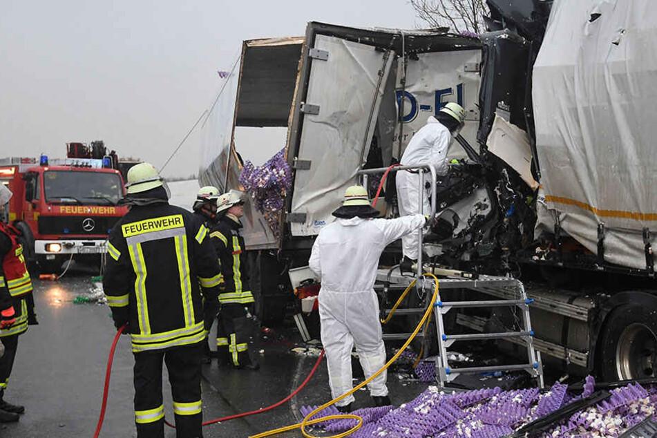 Nächster Crash auf A33! Trucker kracht in Stauende und stirbt