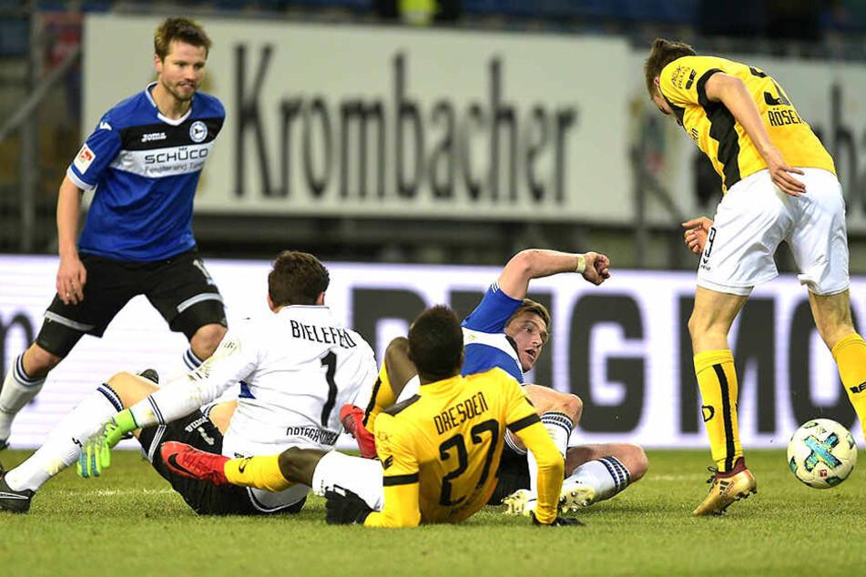 Vor einem halben Jahr gewann Dresden auf der Alm 3:2. Lucas Röser (r.) trifft hier zum 2:1, später erzielte er auch das 3:2 für die SGD.