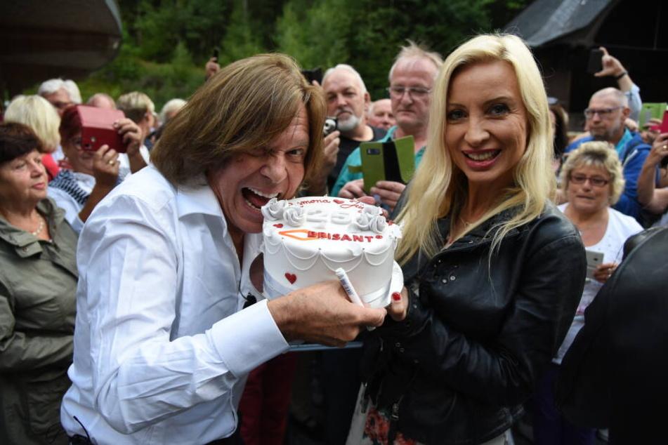 """Eine Torte von """"Brisant"""" gab es auch für Jürgen Drews und seine Frau Ramona."""