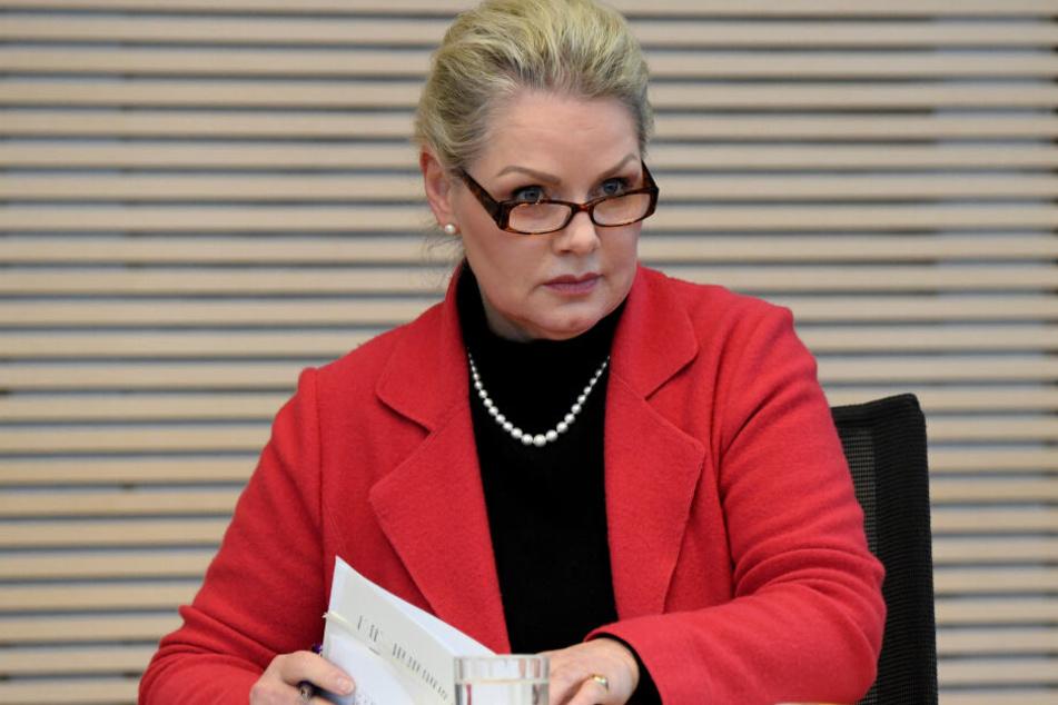 Doris von Sayn-Wittgenstein (AfD) sitzt bei der Landtagssitzung auf ihrem Einzelplatz.