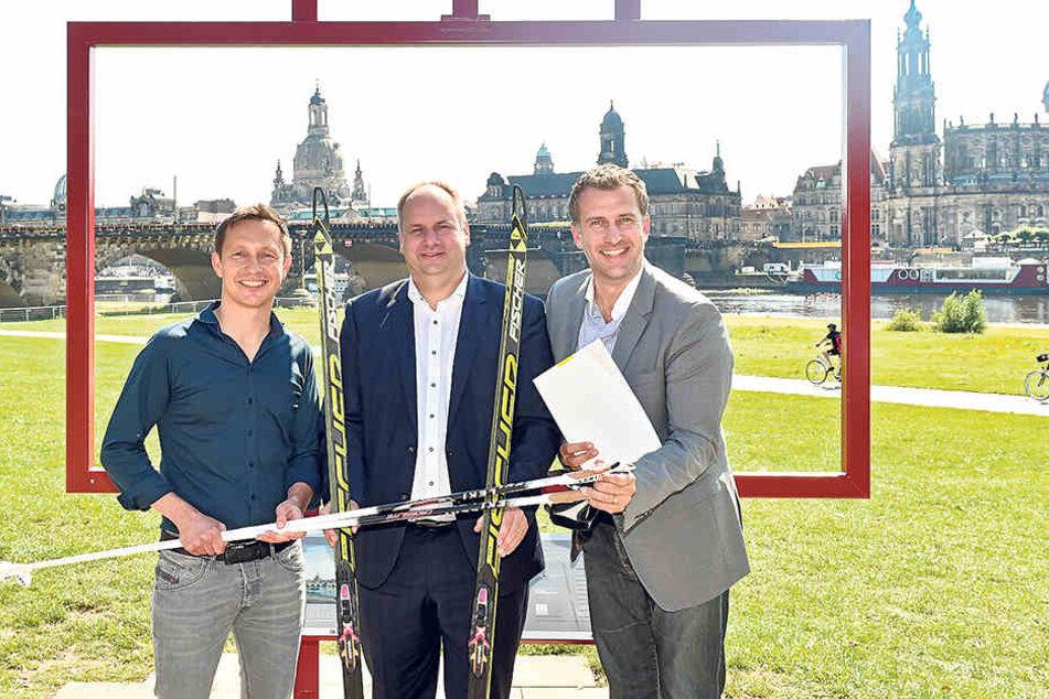 OB Dirk Hilbert (45, M.) übergab am Mittwoch die Fördermittelzusage an die  Organisatoren (Torsten Püschel (44, l.) und René Kindermann (42).