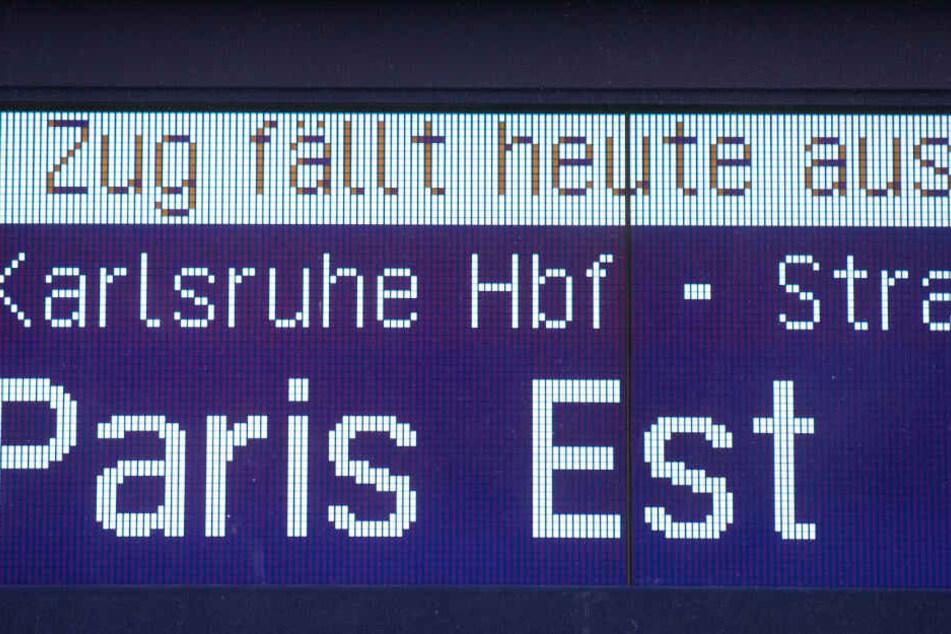 Eine Anzeige weist an einem Gleis des Hauptbahnhofs auf einen Zugausfall eines ICEs in Richtung Paris hin.