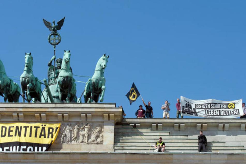 Rechte Aktivisten haben am Samstag das Brandenburger Tor in Berlin besetzt.