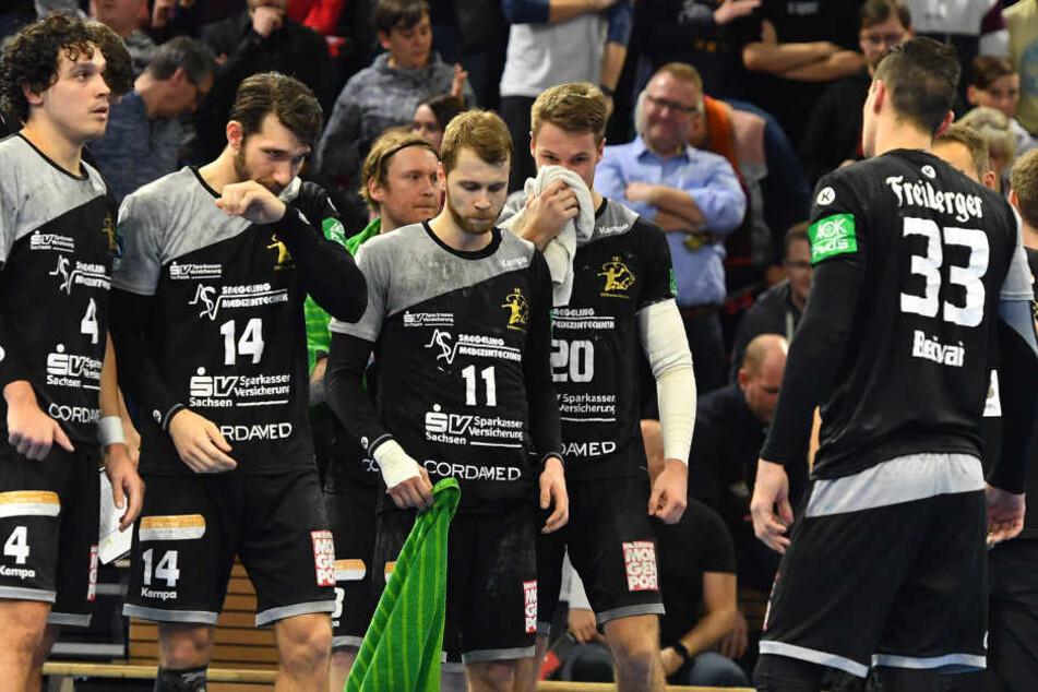Enttäuschte Gesichter bei den Dresdner Handballern nach der bitteren 33:34-Niederlage gegen Emsdetten.