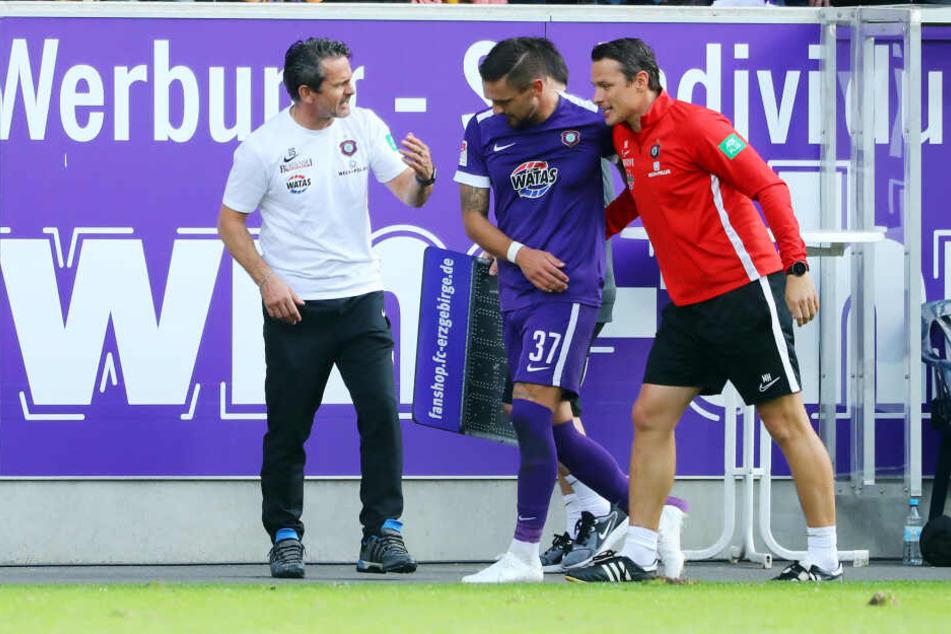 FCE-Coach Dirk Schuster (l.) und Co-Trainer Marc Hensel (r.) nehmen Pascal Testroet auch mal früher vom Feld, wenn der sich plattgelaufen hat.