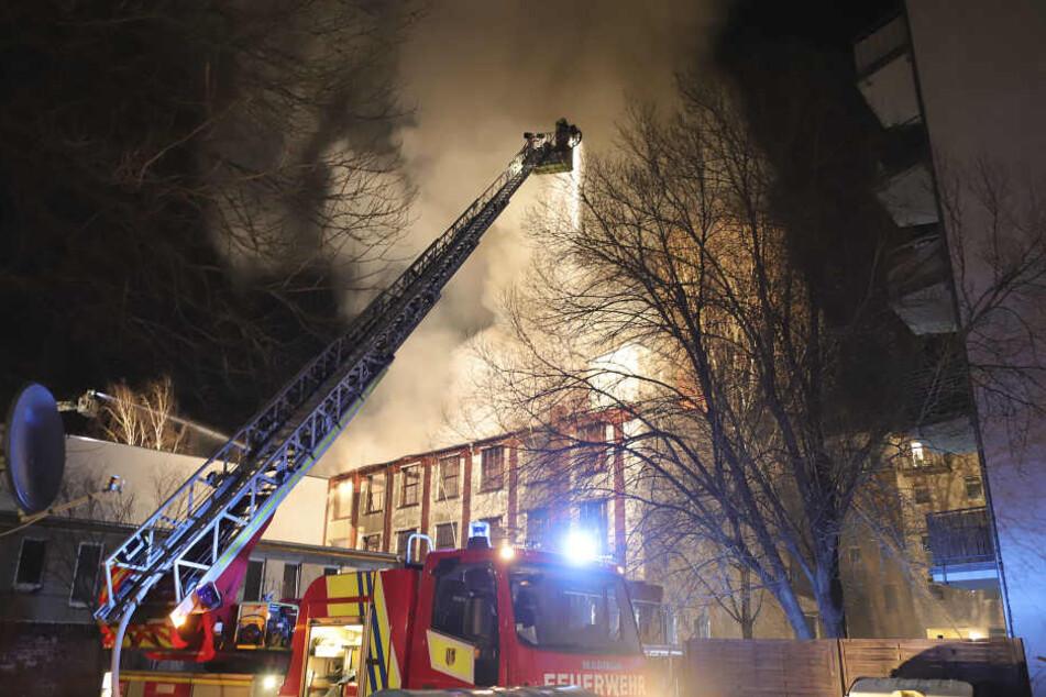 Die Feuerwehr entschied, das Gebäude kontrolliert abbrennen zu lassen.