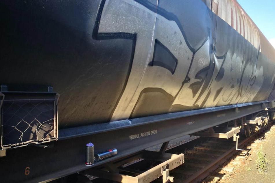Jugendliche Sprayer machen sich über Güterwagen her