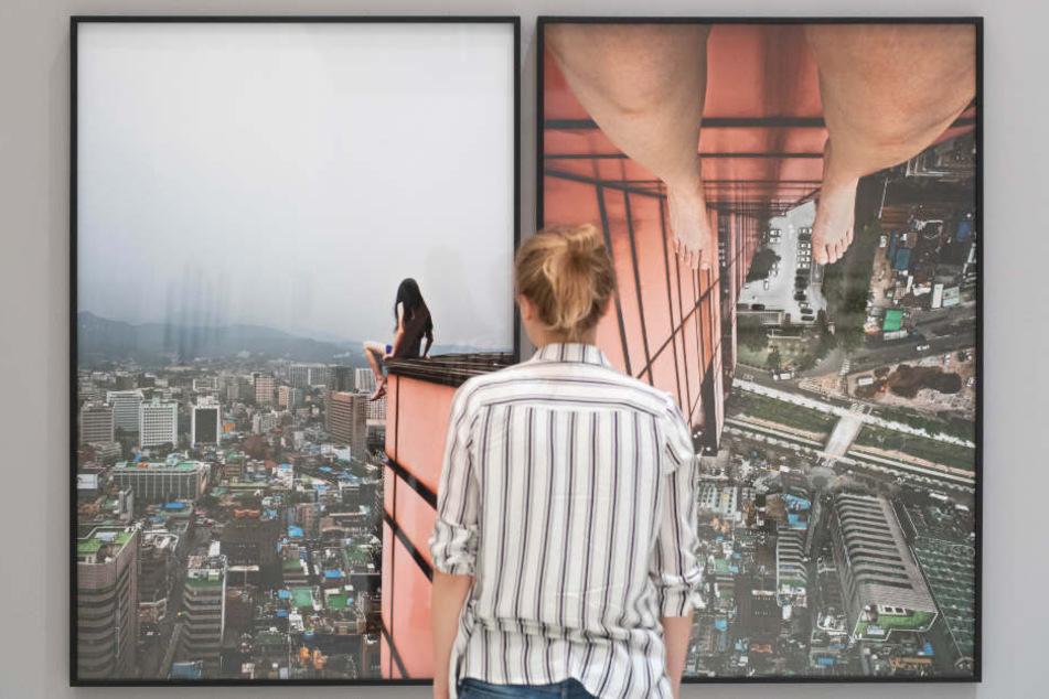 Eine Frau steht im Haus der Photography der Deichtorhallen Hamburg vor einem Werk der Fotografin Ahn Jun.