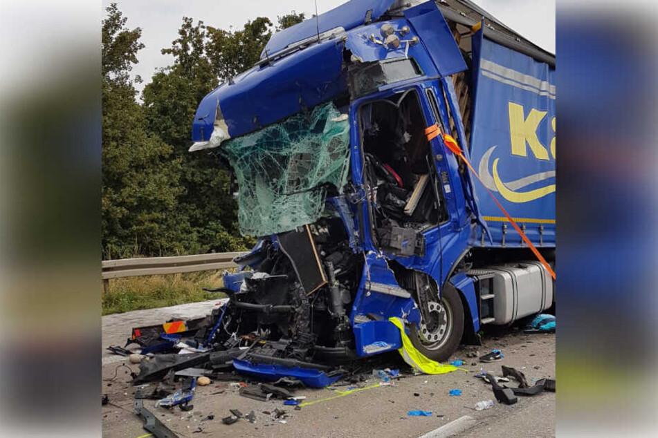 Aus diesem Wrack kam der Fahrer schwer verletzt, aber lebend heraus.