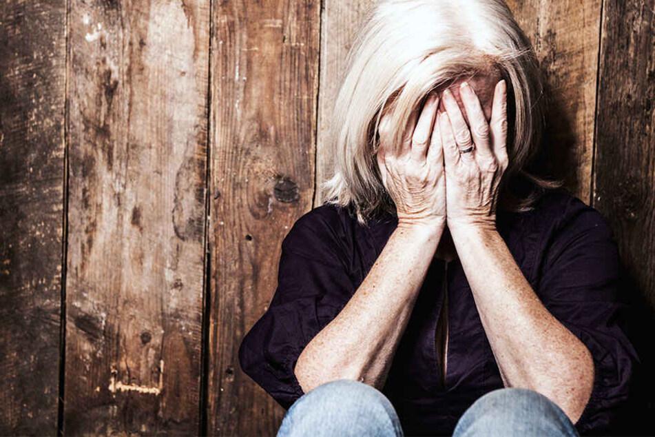 Nur weil sich die 61-Jährige vehement gegen den Übergriff wehrte, konnte sie entkommen. (Symbolbild)