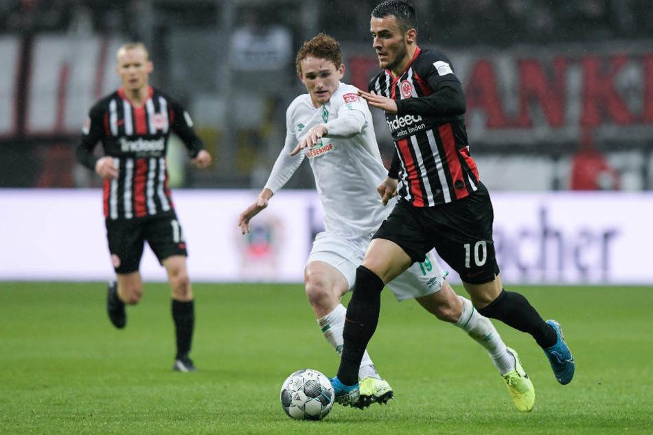 Szene aus dem Bundesliga-Hinspiel (2:2) am siebten Spieltag: Filip Kostic (r) kämpft mit Josh Sargent von Bremen um den Ball.
