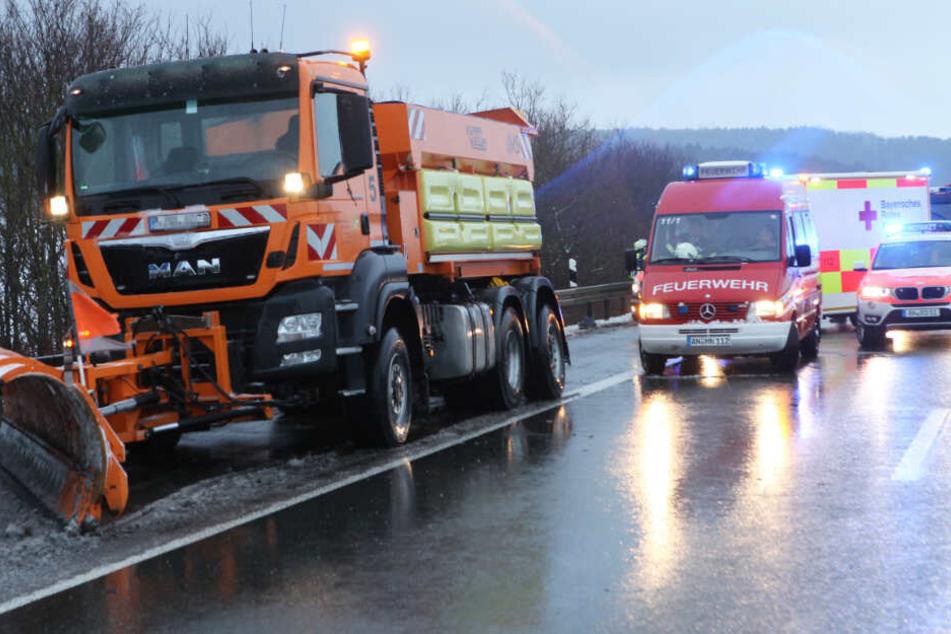 Der Sprinter war auf der Autobahn 6 in Bayern in das Heck eines Räumfahrzeuges gefahren.