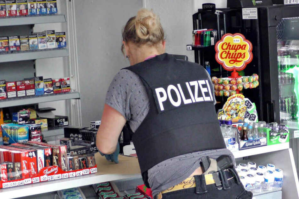 Eine Polizistin an einem Kiosk. (Symbolbild)