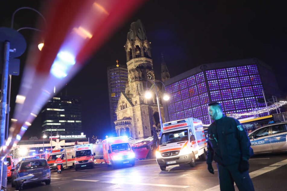 Polizisten und Rettungskräfte stehen im Dezember 2016 vor der Gedächtniskirche in Berlin, wo Anis Amri seinen Terroranschlag verübt hatte.