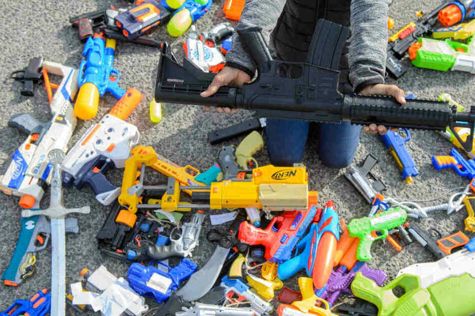 """Kinder weltweit schaffen """"Skulptur des Friedens"""" aus ihren Waffen!"""