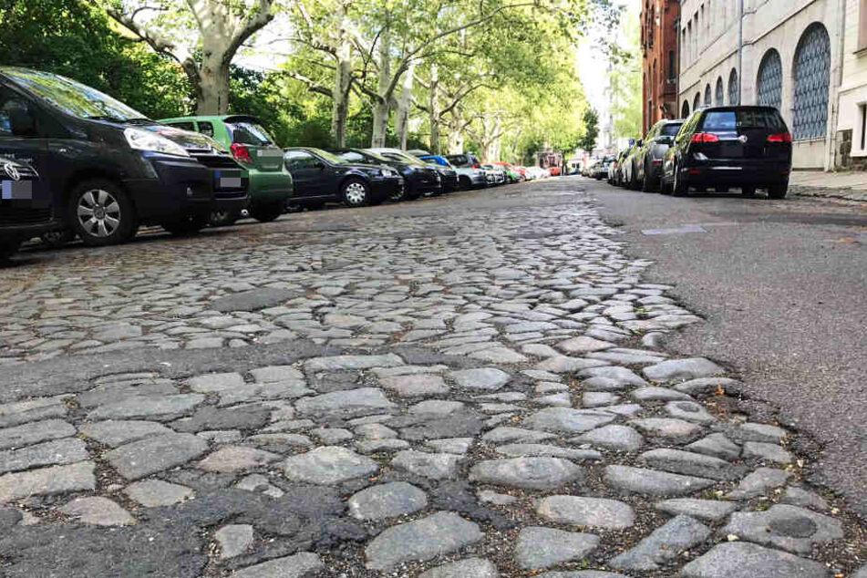 Sanierung überfällig: Auf der holprigen Straße sorgen Autofahrer bisher für reichlich Lärm.