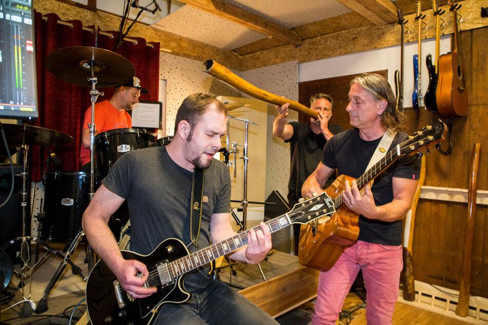 """""""eigenARTig"""" bei der Probe im Waldhaus: Eduard Rusu (39), Peter Fehse (34), Marco Roch (45), Sven Seltner (53, v.l.). Die Großmutter eines Musikers lieferte mit dem gleich lautenden Ausruf den Bandnamen."""