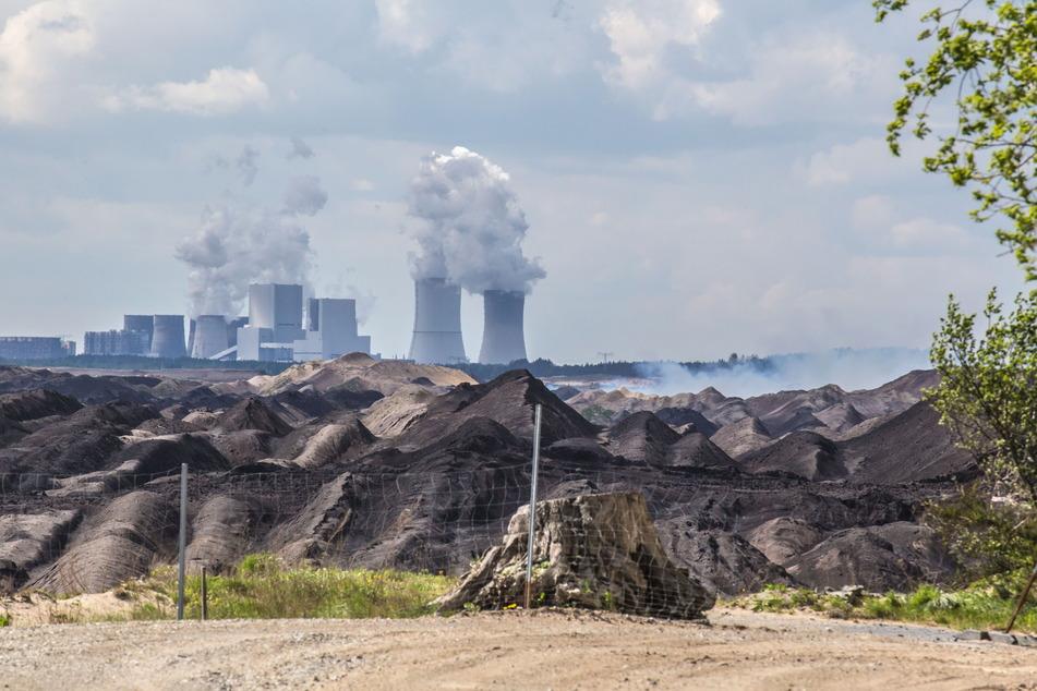 Braunkohletagebau Nochten bei Weißwasser - im Hintergrund das Kraftwerk Boxberg.