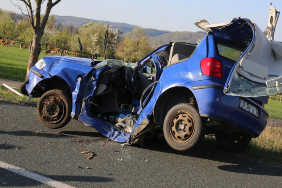 Schrecklicher Unfall mit VW: Autofahrer kracht gegen Baum und stirbt