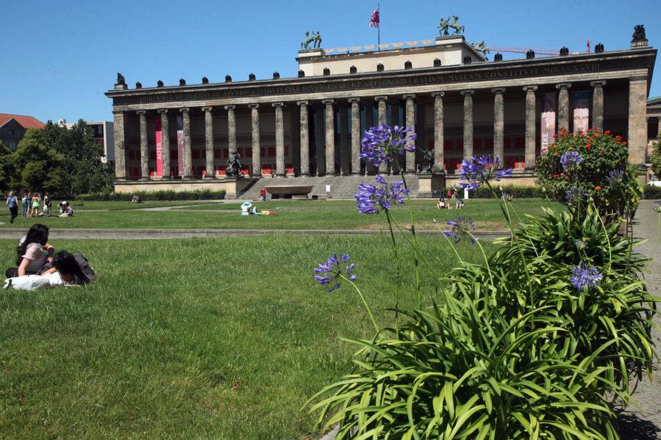 Mit Abstand zueinander genießen Menschen im Juni 2020 bei Temperaturen um 25 Grad Celsius im Lustgarten im Bezirk Mitte das Sommerwetter. In Berlin sind die Touristenzahlen eingebrochen, die Branche rechnet mit einem Aufwärtstrend in der zweiten Jahreshälfte.