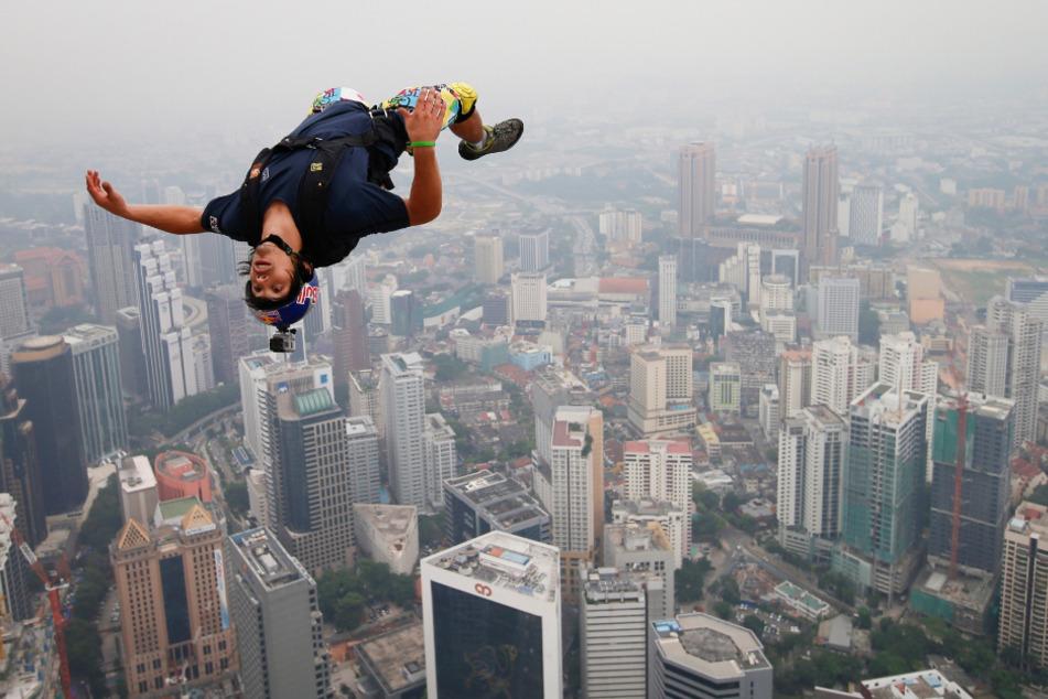 Der französische Basejumper Vince Reffet springt während des Internationalen Turmsprungs in Kuala Lumpur vom 300 Meter hohen Kuala Lumpur Tower.