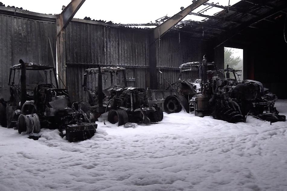 Die Traktoren im Inneren der Halle sind komplett ausgebrannt.