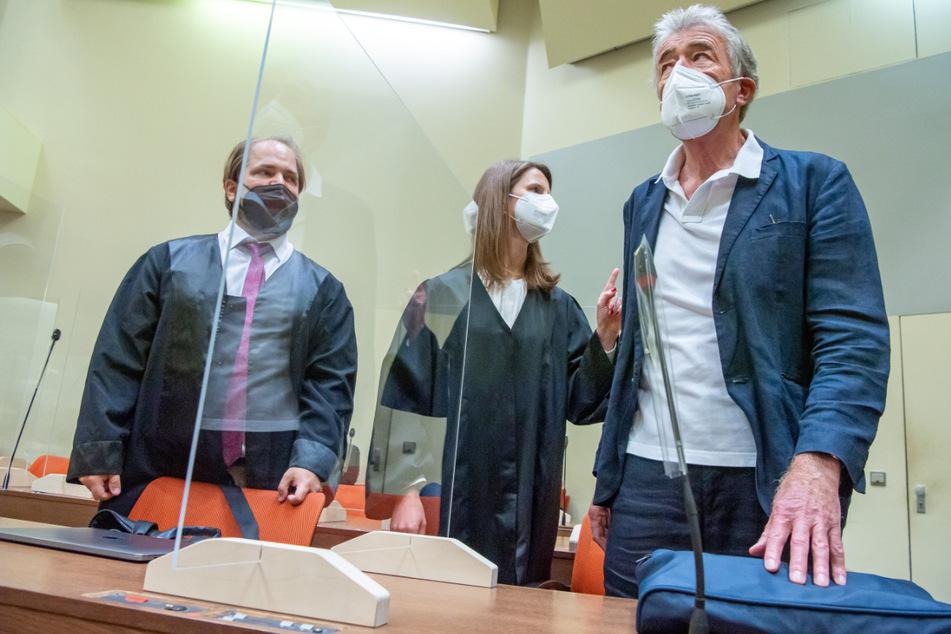 Pekny erzählt vor Gericht eine andere Geschichte. Neben ihm stehen seine Anwälte Florian Zenger und Eva Maria Krötz.