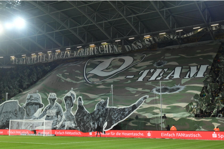 """Das """"D-Team"""" steht hinter Dynamo. Vor dem Heimspiel gegen den Karlsruher Sportclub zeigen die Dresdner Fans eine Choreografie in Anlehnung an eine RTL-Serie."""
