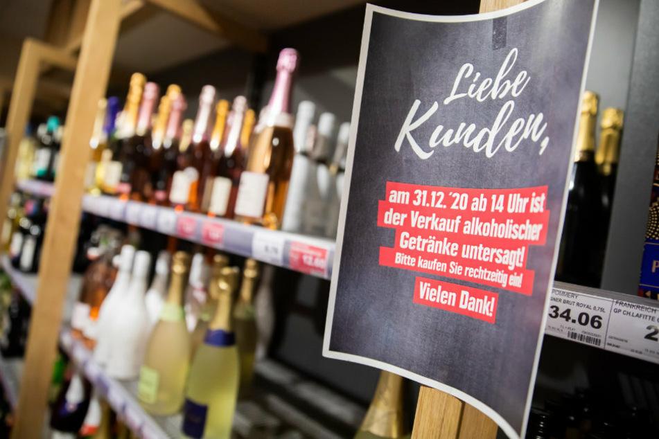 Ein Hinweisschild hängt kurz vor Beginn des für Silvester geltenden Verkaufsverbots von alkoholischen Getränken in einem Supermarkt in Berlin-Schöneberg in der Getränkeabteilung an einem Regal.