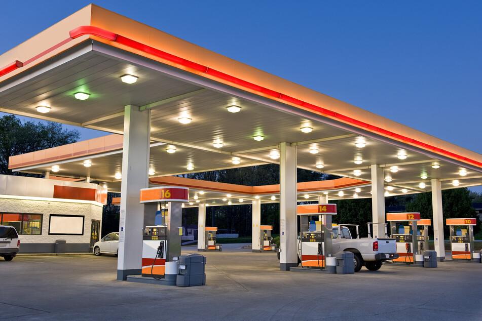 Bewaffneter Überfall auf Tankstelle: Mann flüchtet mit Einnahmen