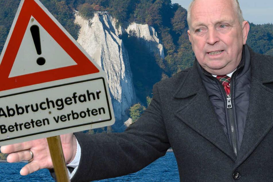 Minister Backhaus stellte nach dem Absturz einer Hamburgerin (April 2017) Warnschilder im Nationalpark Jasmund auf.