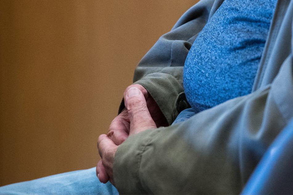 Am Dienstag gestand der 50-Jährige, dass er ohne Zulassung drei Jahre lang Tiere behandelte. (Symbolbild)