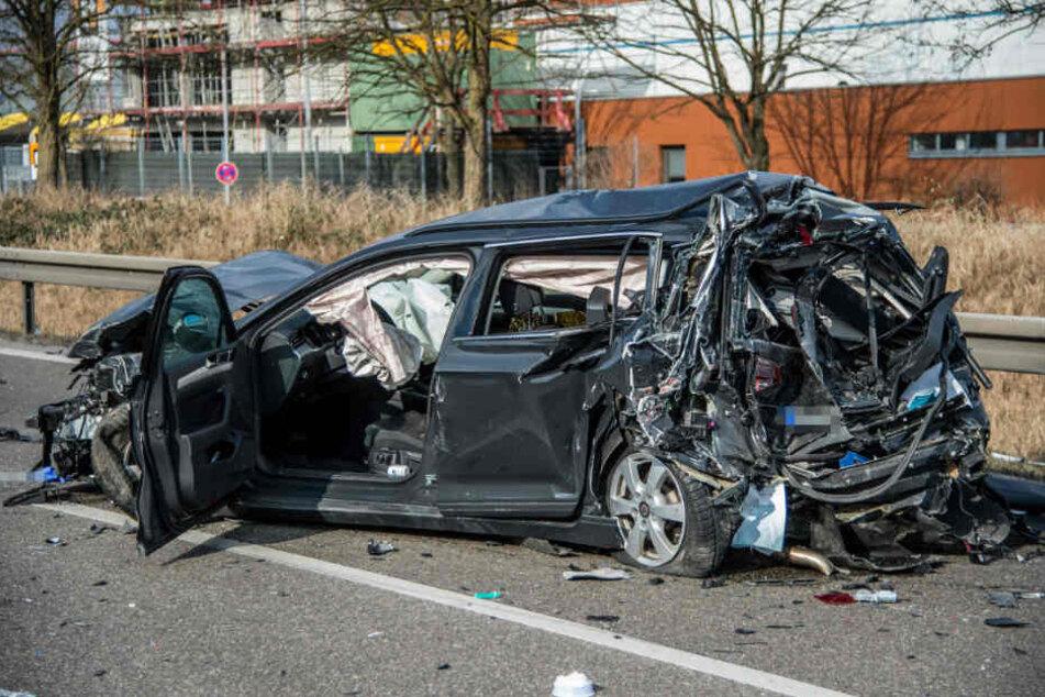 Zunächst hatte es einen leichten Unfall zwischen den beiden Autos, dann krachte der Lkw hinein. Der Fahrer dieses Wagens wurde schwer verletzt.