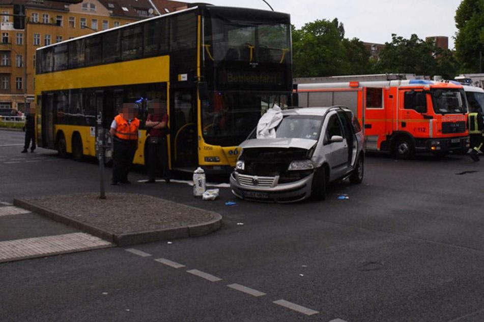 Mehrere Verletzte! Auto prallt heftig mit BVG-Bus zusammen