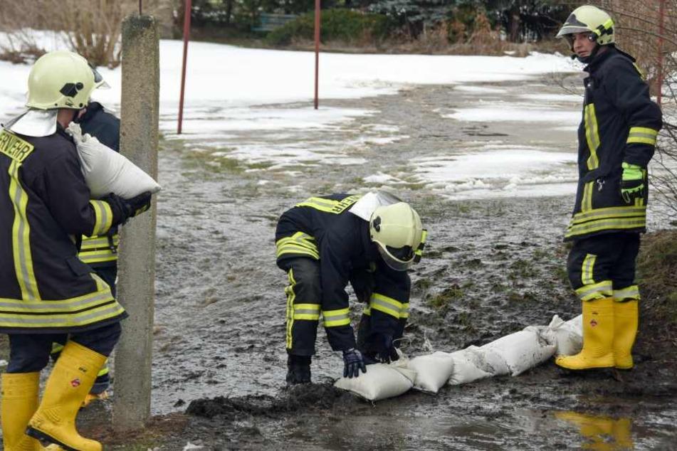 """Feuerwehrleute leiteten den """"Schmelzstrom"""" auf die Straße um."""