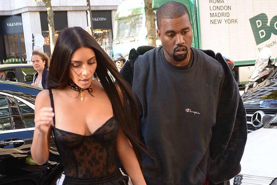 Kim Kardashian (l.) und Kanye West lassen es sich zu Weihnachten gut gehen.