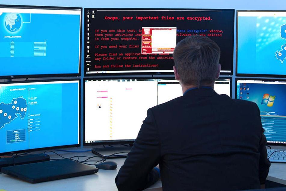 Ein Mitarbeiter des staatlichen Computernotfall-Teams SAX.CERT simuliert an seinem Arbeitsplatz ein Cyber-Angriffsszenario auf ein Computer-System.