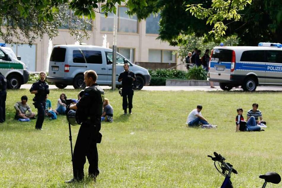 Diese Bilder gehören der Vergangenheit an: Polizisten kontrollieren Passanten  im Stadthallenpark.