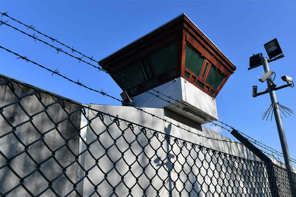 Das geplante Gefängnis muss vorerst für die neuen Insassen umgebaut werden. (Symbolbild)