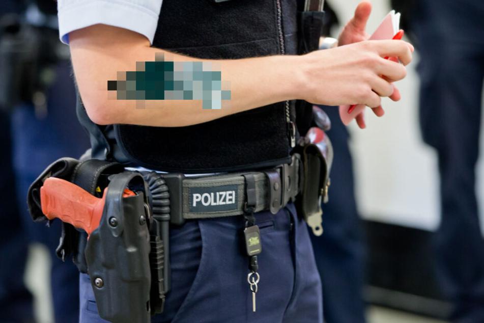 Die Berliner Polizei darf Bewerber mit Tätowierungen von Totenköpfen und einer Revolverpatrone ablehnen. (Bildmontage)