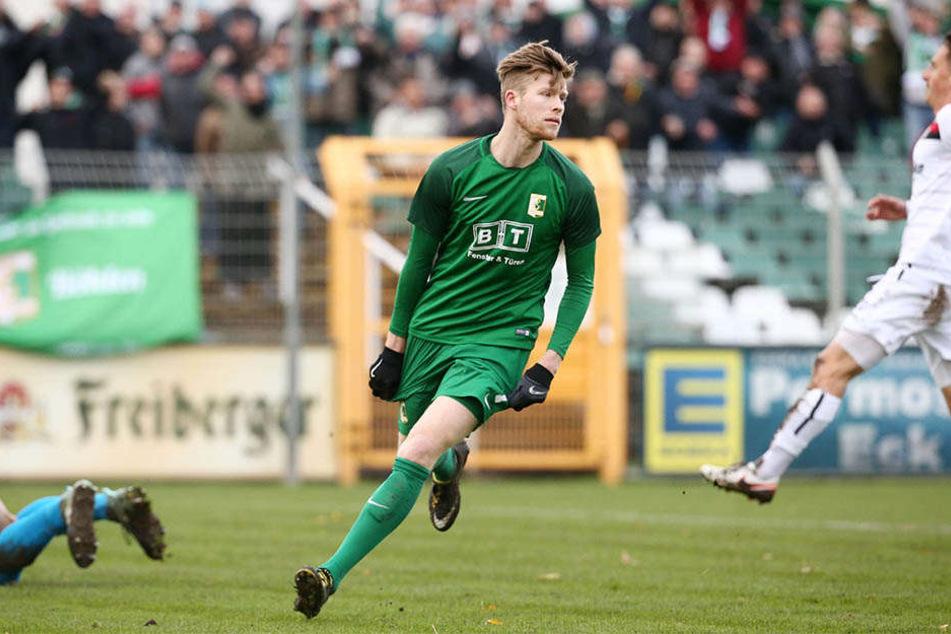 Alexander Bury dreht nach seinem Treffer zum 1:0 zum Torjubel ab.