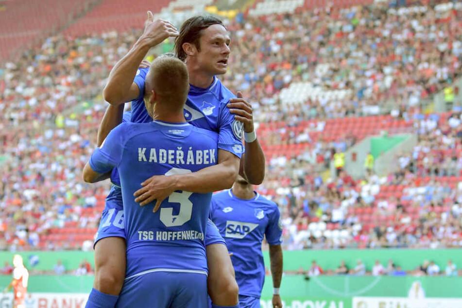 Nach dem Treffer zum 2:0 jubelt Torschütze Nico Schulz (oben) mit Pavel Kaderabek.