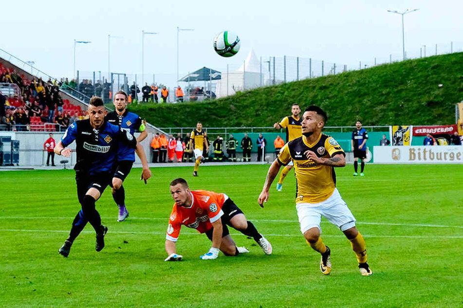 Chance für Sascha Horvath (r.) gegen TuS Koblenz im Pokalspiel 2017 in Zwickau.
