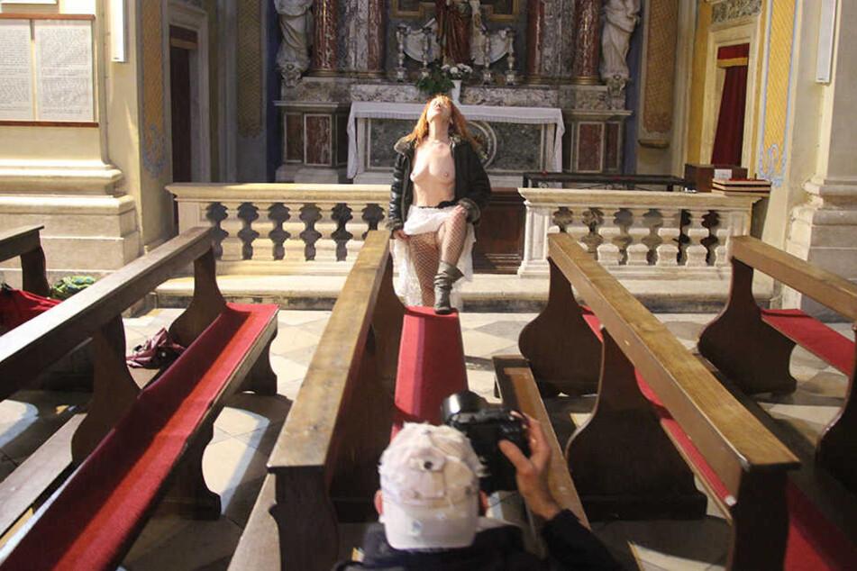 Halbnackt posiert eine 64-Jährige Frau für Studenten der Deutschen Film- und Fernsehakademie Berlin in einer Kirche.
