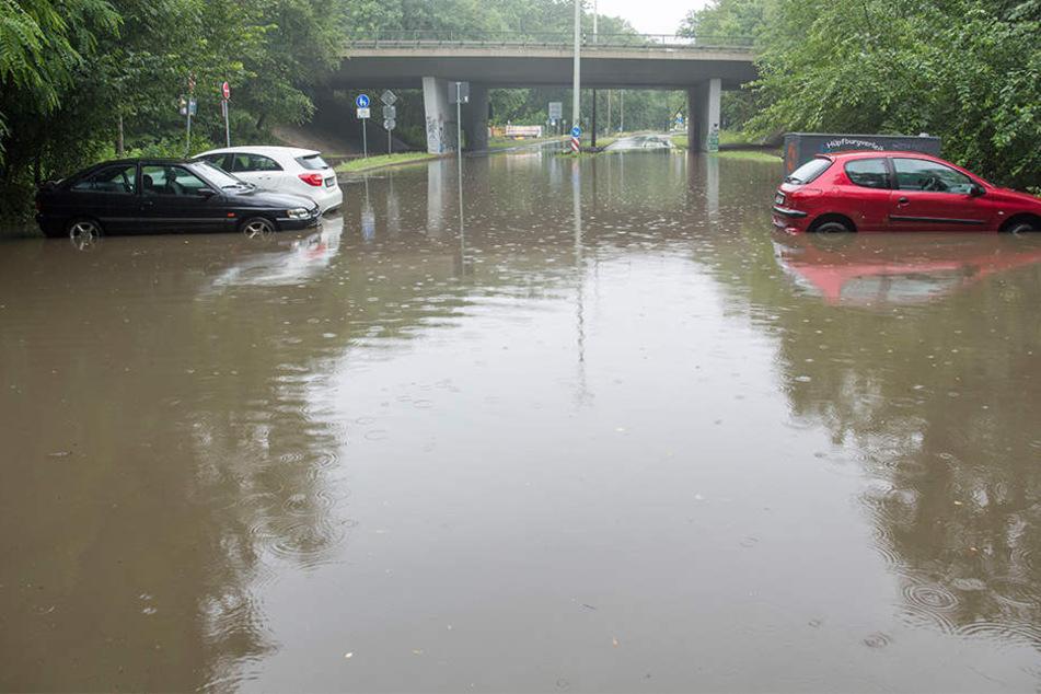 An der B2-Auffahrt auf Höhe Richard-Lehmann-Straße standen die Autos bis zu 50 Zentimeter tief im Wasser.