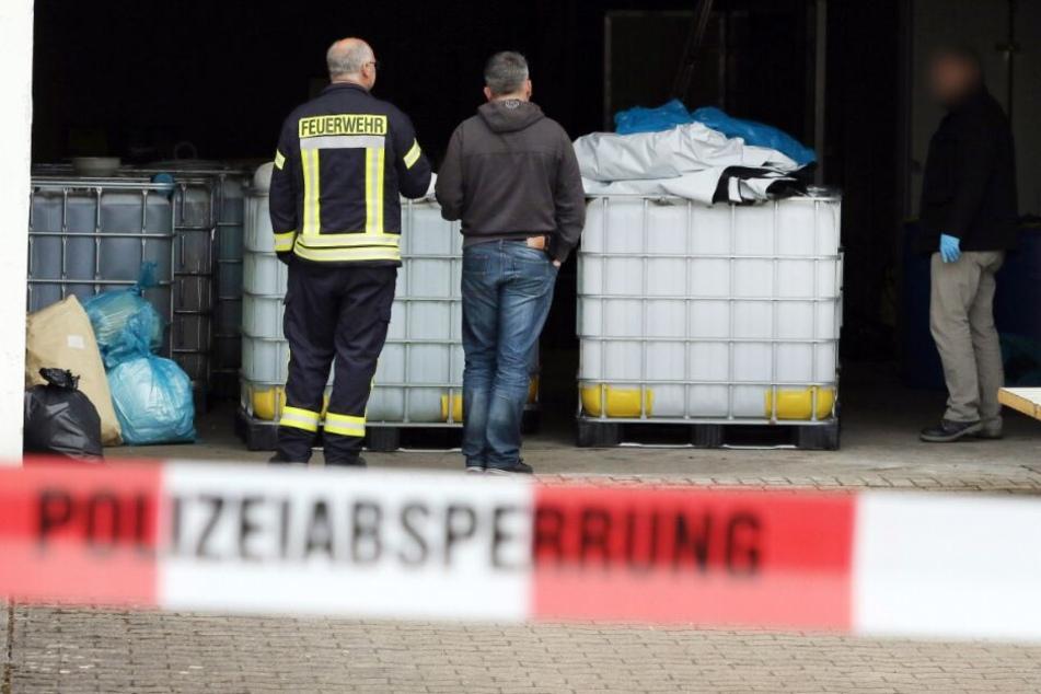 Riesige Kanister mit chemischen Substanzen entdeckte die Feuerwehr bei einem Routineeinsatz.