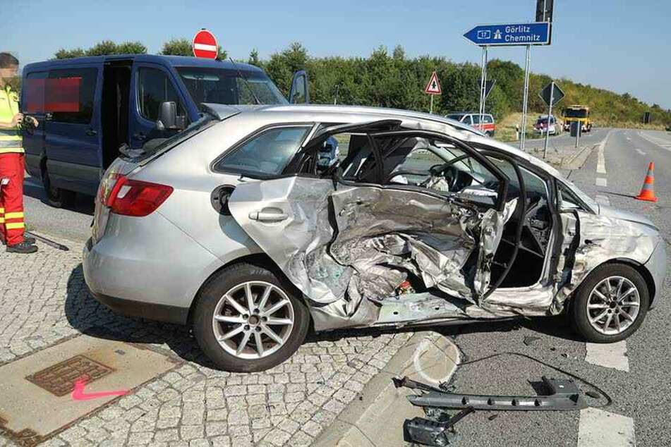 Der Seat Ibiza wurde durch den Aufprall auf der Beifahrerseite völlig zerstört.