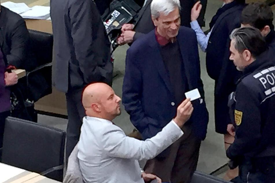Die AfD-Politiker Stefan Räpple (sitzend) und Wolfgang Gedeon weigern sich den Saal zu verlassen.
